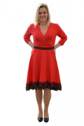 Rochie trendy de nuanta rosie, decolteu in V, insertie de dantela