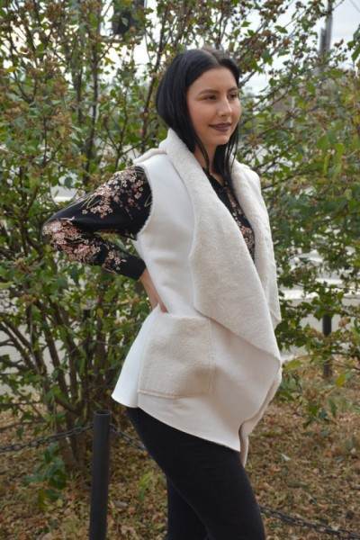Vesta Olivia din piele,croi asimetric,nuanta de alb