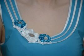 Bluza deosebita, nuanta de albastru, design de flori aplicat