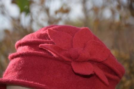 Caciula Denisse tip palarie din lana accesorizata cu floare ,nuanta de marsala