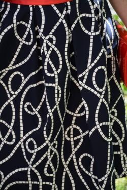 Rochie casual, culoare bleumarin cu model alb si cordon rosu