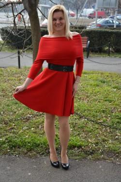 Rochie rafinata cu un design aparte si model in clos, nuanta rosie