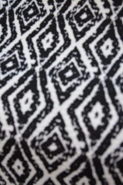Bluza lejera, cu marime universala, de culoare neagra cu imprimeu