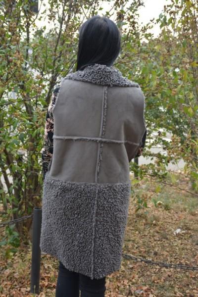 Cardigan Lucia tip vesta din piele intoarsa,insertii de blanita si buzunare ,nuanta de gri