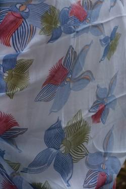 Esarfa alba cu design rafinat si paspoal nuanta albastru deschis