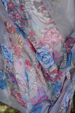 Esarfa fina matase-vascoza, nuanta gri, design cu flori colorate