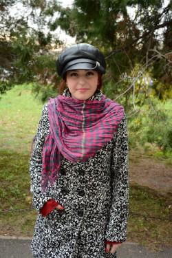Esarfa trendy de iarna, de culoare roz cu design de carouri gri