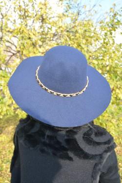 Palarie chic din material de calitate, nuanta bleumarin cu lant