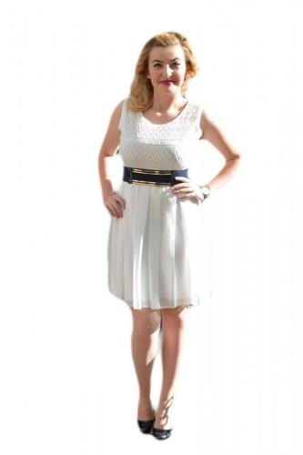 Rochie casual, de culoare alba cu o curea in contrast