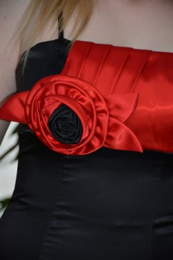 Rochie scurta de ocazie, din saten negru combinat cu rosu
