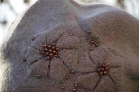 Caciula calduroasa Fionna,model cu floare si aplicatii de margele,maro