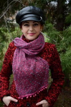 Esarfa tricotata din fibra fina de culoare roz cu model albastru