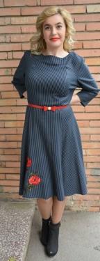 Rochie casual de culoare bleumarin cu dungi albe si curea rosie