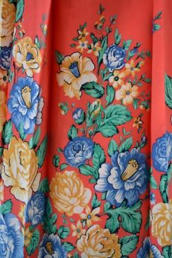 Rochie de primavara-vara, cu un imprimeu floral pe diferite fundaluri