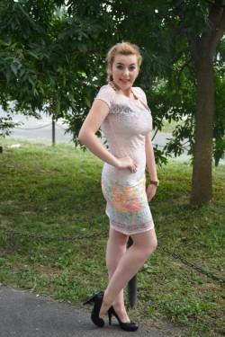 Rochie fashion cu design floral pe fond plamaniu, model scurt