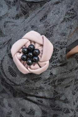Rochie gri cu aspect dantelat si decorat cu brosa plamanie