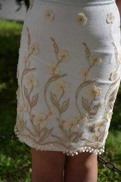Rochie rafinata, nuanta alba cu model deosebit floral aplicat
