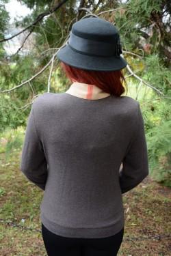 Camasa la moda, de culoare maro, cu accesoriu modern