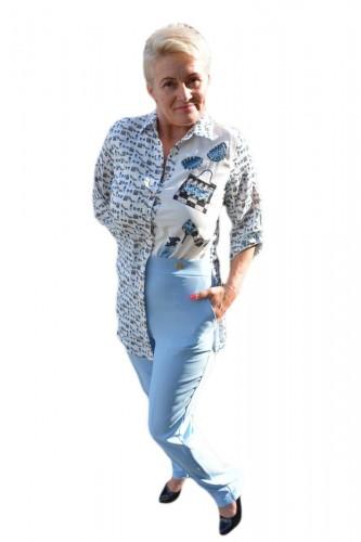 Poze Costum tineresc, bluza asimetrica, nuanta albastru deschis