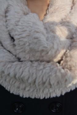 Esarfa bej din blanita usoara, calduroasa, cu model circular