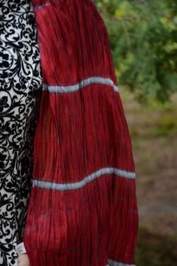 Esarfa de culoare marsala, cu design de margele insirate pe ata