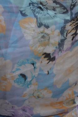 Esarfa mare in tendinte cu flori colorate in mov-albastru-galben