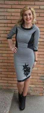 Rochie cambrata, eleganta, culoare negru-alb cu design floral jos