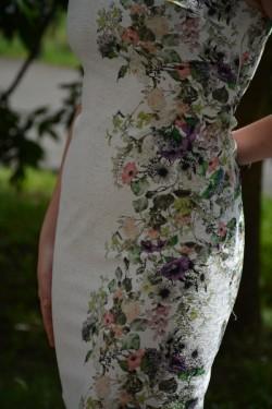 Rochie midi alba cu imprimeu floral multicolor si design in tesatura