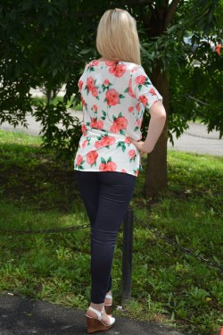 Bluza deosebita de primavara-vara, alba cu design floral corai