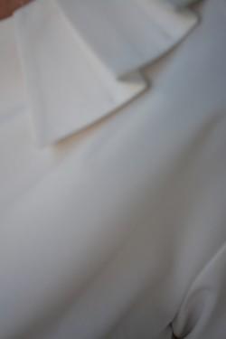 Camasi cu maneca lunga, albe, guler rotund si fronsat