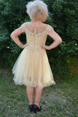 Rochie rafinata de culoare crem, cu dantela si margele aurii