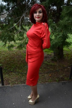 Rochie trendy, nuanta de rosu, fermoar auriu pe umar