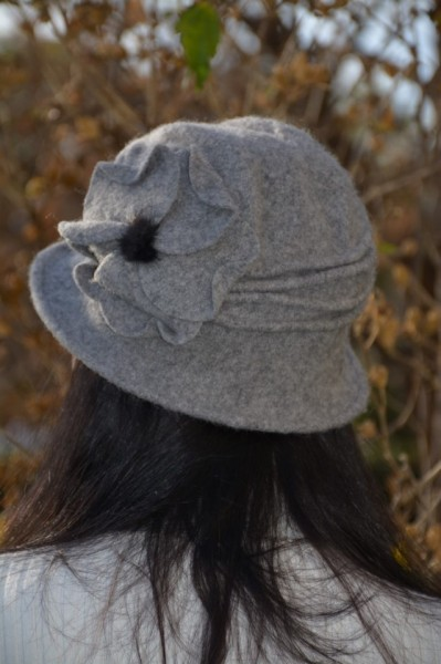 Caciula Ava tip palarie din lana accesorizata cu floare ,nuanta de gri
