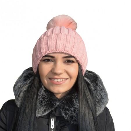 Caciula roz cu pompon din blanita, model de impletituri simple