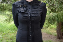 Camasa cambrata pe talie, nuanta neagra, design de fronseuri