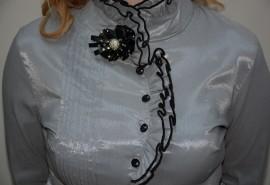 Camasa trendy, de culoare gri, cu volanase si nasturi intr-o parte