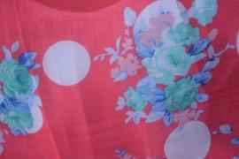 Esarfa corai din vascoza, cu model de buline albe si flori rafinate