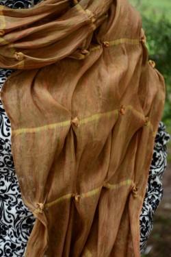 Esarfa eleganta maro-bej, design fronsat si model de flori aplicate