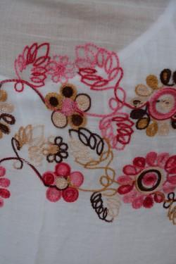 Esarfa mare alba din vascoza, cu broderie roz si franjuri in colturi