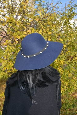 Palarie bleumarin cu perle aplicate pe un elastic lat, detasabil