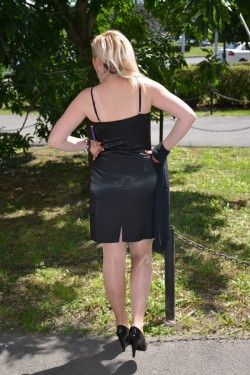 Rochie de seara scurta, cu bustul imbracat in dantela neagra