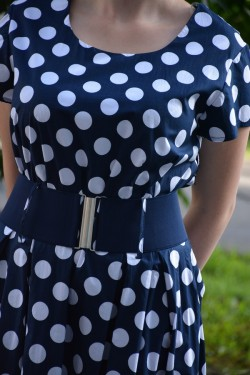 Rochie deosebita de zi de culoare bleumarin cu design de buline