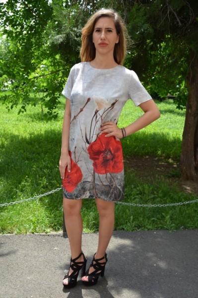Rochie Linnea in nuanta de gri si imprimeu cu maci