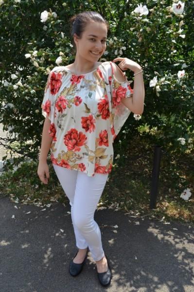 Bluza lejera Mira cu imprimeu floral si decupaj la umeri, nuanta de alb