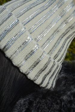 Caciula fashion de culoare alba cu design argintiu aplicat