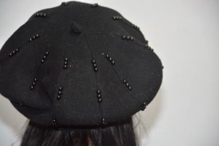 Caciula rafinata cu design de perle nuanta de negru