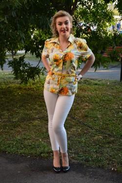 Camasa cu maneca scurta, viu colorata, cu flori pe fundal galben