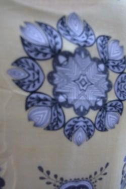 Esarfa tinereasca cu design nonfigurativ pe fond galben deschis