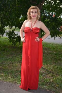 Rochie de gala lunga, de culoare rosie aprinsa, cu o trena discreta