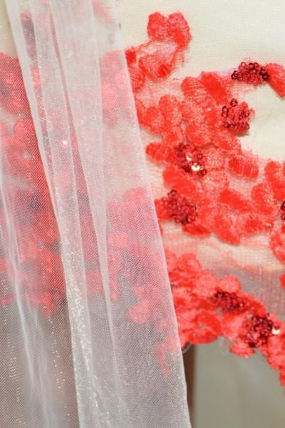Rochie eleganta cu lungime asimetrica, insertii de tul si broderie
